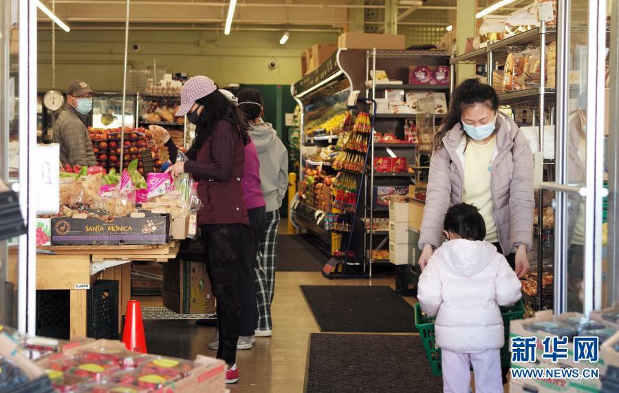 3月6日,顾客在美国加利福尼亚州米尔布雷一家商店内购买生活用品。新华社记者 吴晓凌 摄