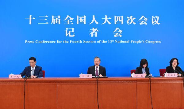 3月7日,十三届全国人大四次会议在北京人民大会堂举行视频记者会,国务委员兼外交部长王毅就中国外交政策和对外关系回答中外记者提问。(新华社记者 金良快 摄)