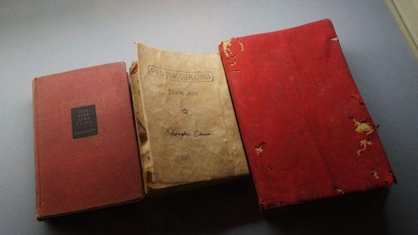 资料图片:2020年12月26日,天津博物馆,1937年、1944年版《红星照耀中国》(又称《西行漫记)书籍展出。(视觉中国)