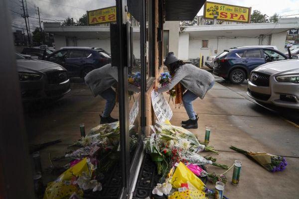 枪击案发生地外面摆满鲜花。(纽约时报)