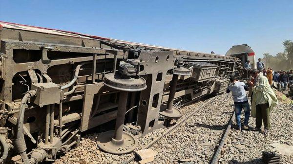 外媒持續關注:埃及火車相撞傷亡慘重