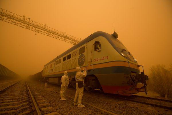 2.3月27日,二连出入境边防检查站执勤民警加大沙尘暴天气车体检查力度。(杨金烨 摄)