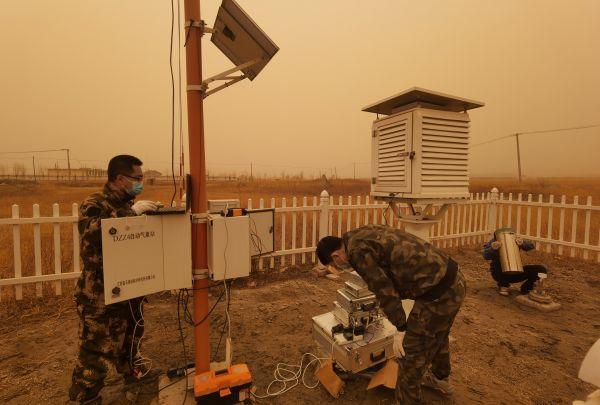 5.3月28日,气象工作人员在内蒙古通辽市科左后旗校准观测设备。(王子健 摄)