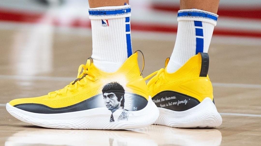 美国篮球明星发声支持亚裔 穿李小龙标识运动鞋参赛