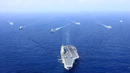 资料图片:2018年4月18日,执行远海训练任务的辽宁舰编队在西太平洋海域组织编队运动训练。(新华社发 胡锴冰 摄)