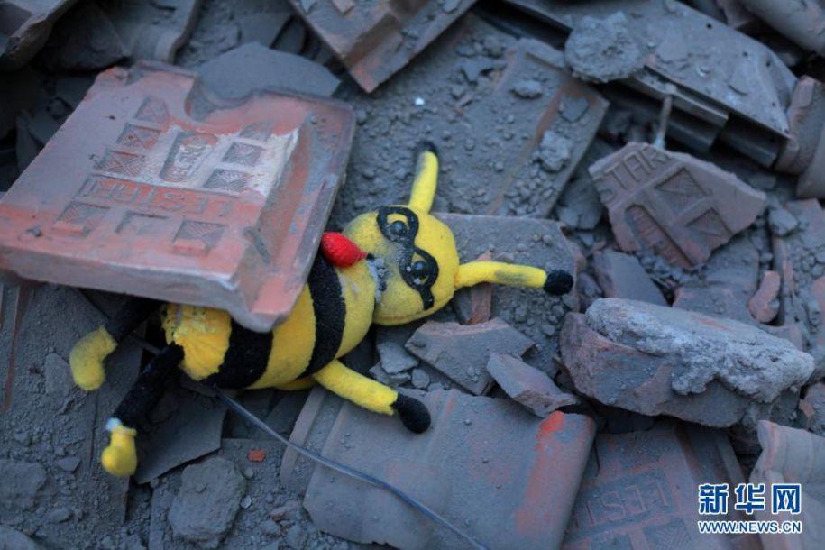 这是4月10日在印度尼西亚东爪哇省玛琅的一所学校拍摄的废墟中的玩偶。印度尼西亚东爪哇省南部海域10日下午发生6.7级地震,目前尚无人员伤亡和财产损失报告。新华社发(巴尤摄)