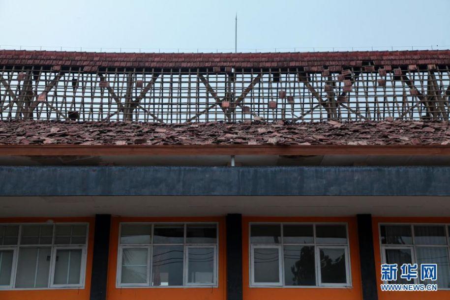 这是4月10日在印度尼西亚东爪哇省玛琅拍摄的在地震中受损的学校建筑。印度尼西亚东爪哇省南部海域10日下午发生6.7级地震,目前尚无人员伤亡和财产损失报告。新华社发(巴尤摄)