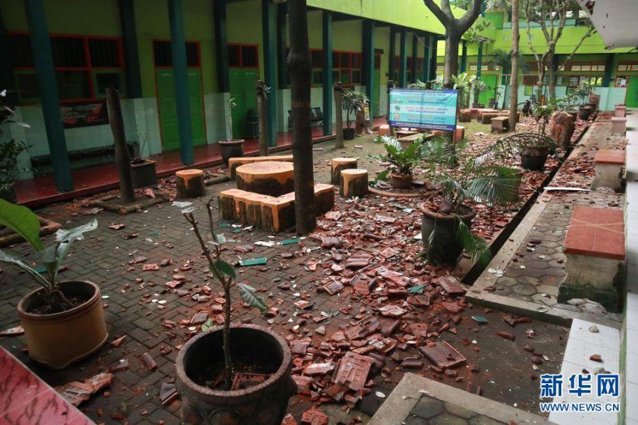 4月10日,印度尼西亚东爪哇省玛琅的一所学校在地震发生后一片狼藉。印度尼西亚东爪哇省南部海域10日下午发生6.7级地震,目前尚无人员伤亡和财产损失报告。新华社发(巴尤摄)8