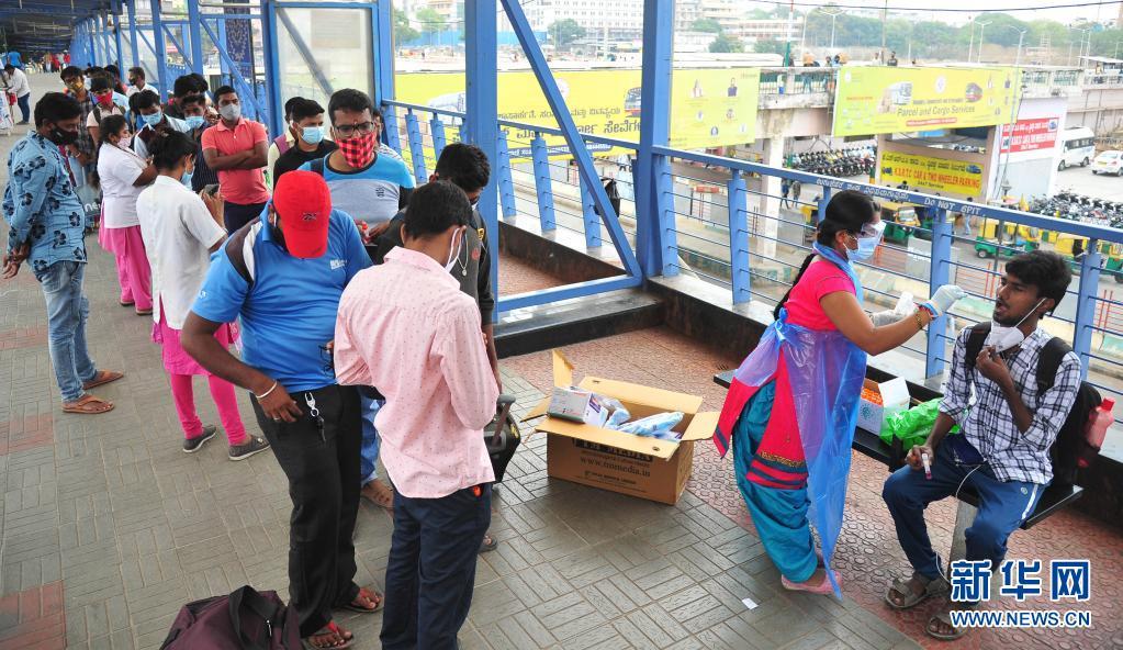 4月11日,一名男子在印度班加罗尔的一个公交站接受新冠病毒检测取样。印度卫生部11日公布的数据显示,印度单日新增新冠确诊病例152879例,再创疫情以来新高,累计确诊13358805例;新增死亡839例,累计死亡169275例。新华社发