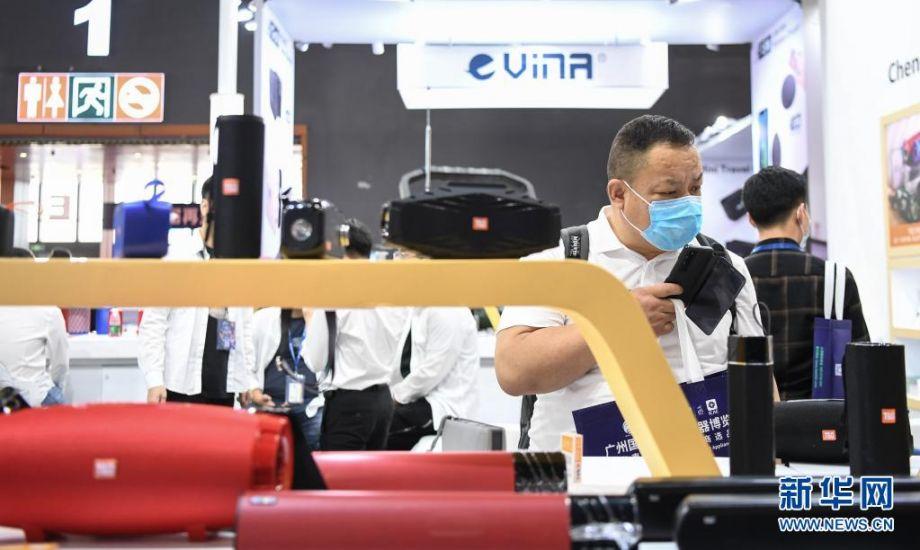4月12日,参观者在展会上观看音响设备。新华社记者 邓华 摄
