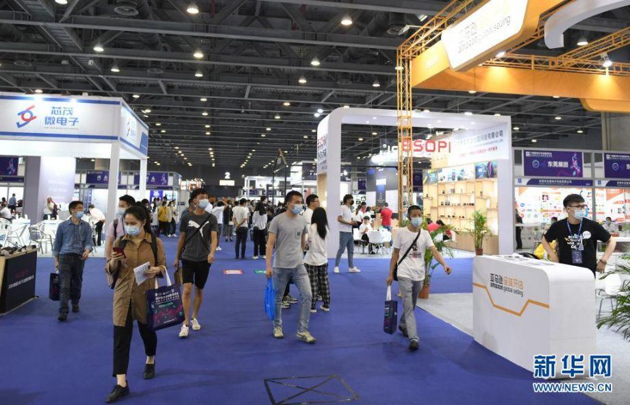 4月12日,客商在展会上参观。新华社记者 卢汉欣 摄