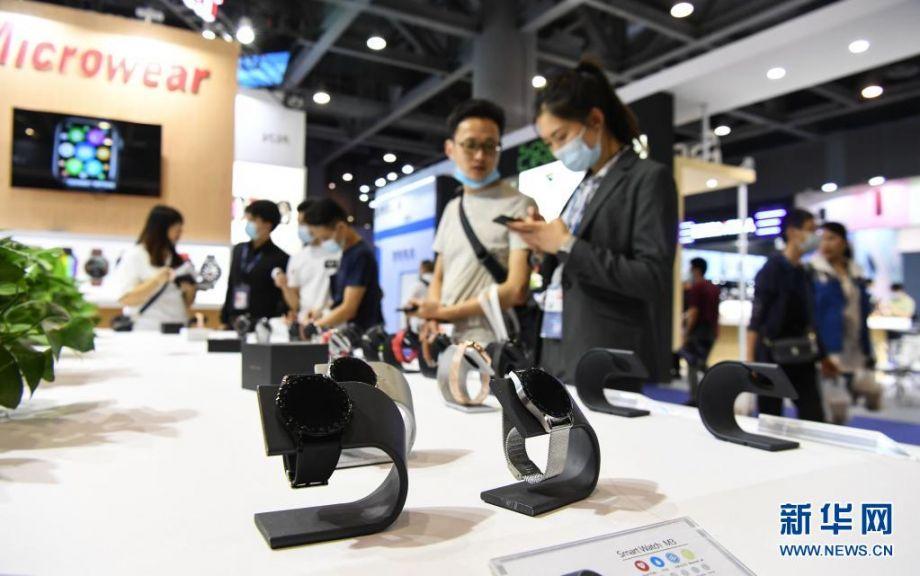 """这是展会上的智能手表展台(4月12日摄)。在4月12日开幕的首届广州国际电子及电器博览会上,超过1000家企业携逾6万件产品参展。本届博览会以""""拥内需,拓全球""""为主题,分为消费类电子、移动电子及配件、智能穿戴、电竞游戏、家用电子等主题区,展出面积超过4万平方米。新华社记者 邓华 摄"""