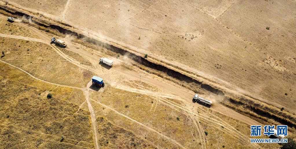 4月11日,中国第16批赴苏丹达尔富尔维和工兵分队那提提营区官兵在演练中驾驶车辆。 新华社发(李晖摄)