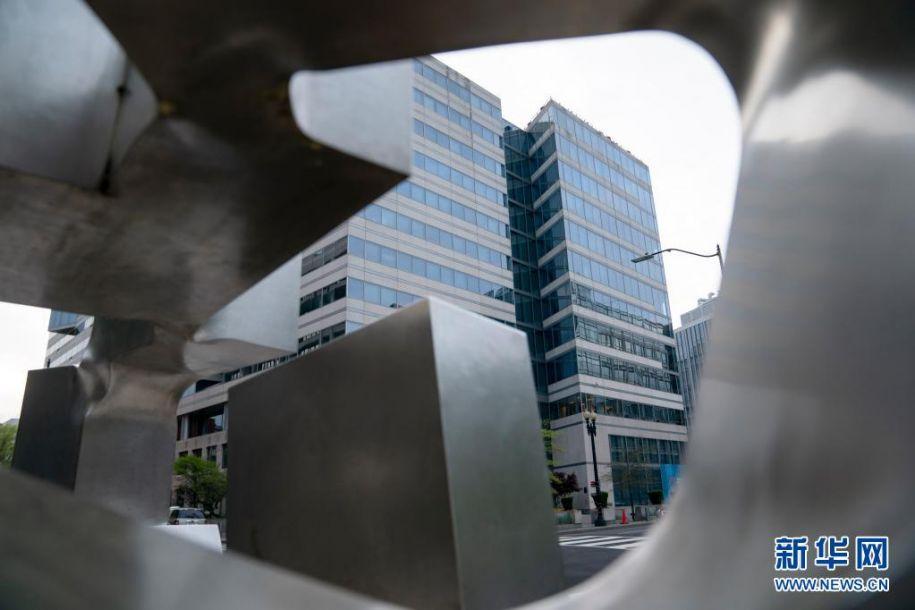 这是4月12日在美国华盛顿拍摄的国际货币基金组织总部。国际货币基金组织(IMF)第一副总裁杰弗里·冈本12日表示,IMF力争今年夏天增发规模为6500亿美元的特别提款权,以帮助应对新冠疫情和促进全球经济复苏。新华社记者 刘杰 摄14