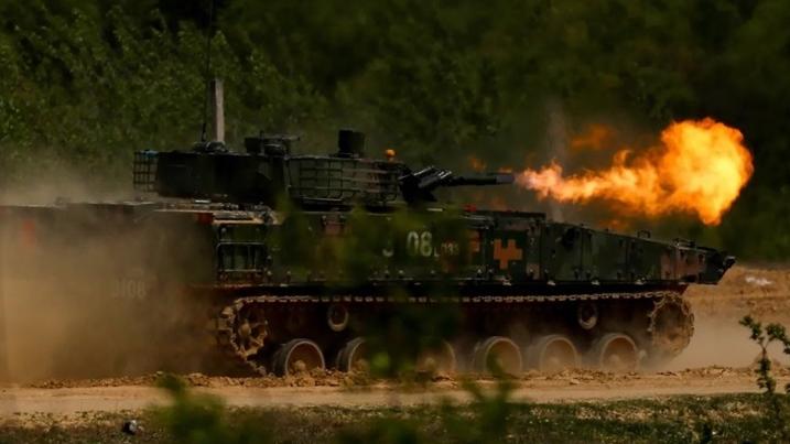 """""""火舌喷射""""!看72集团军步战车实弹打靶"""