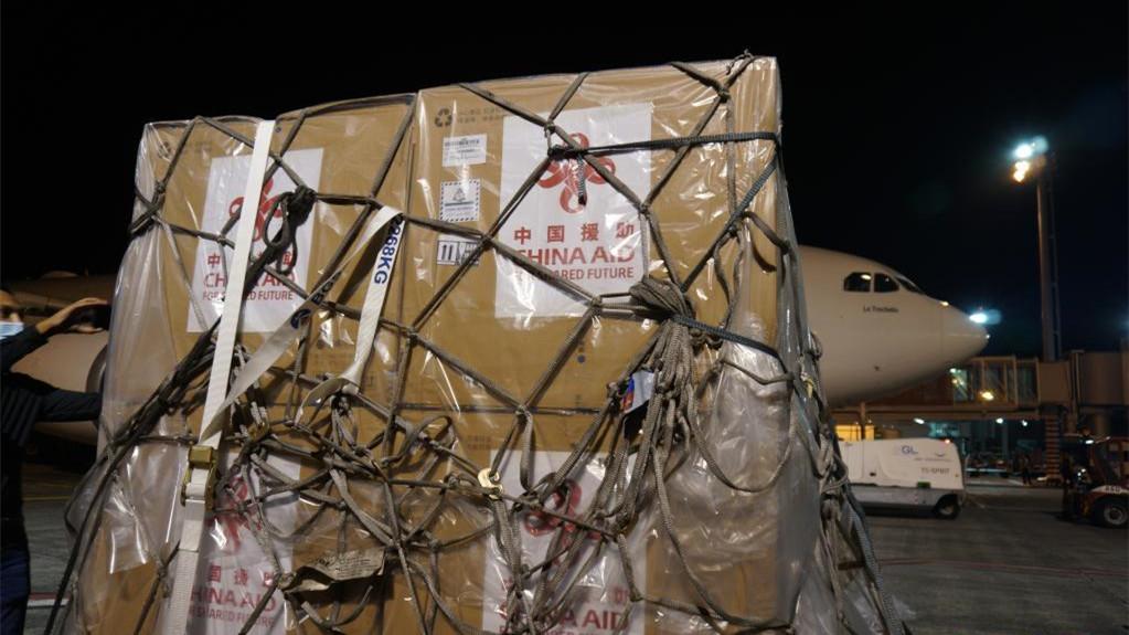 中国援助新冠疫苗运抵毛里求斯