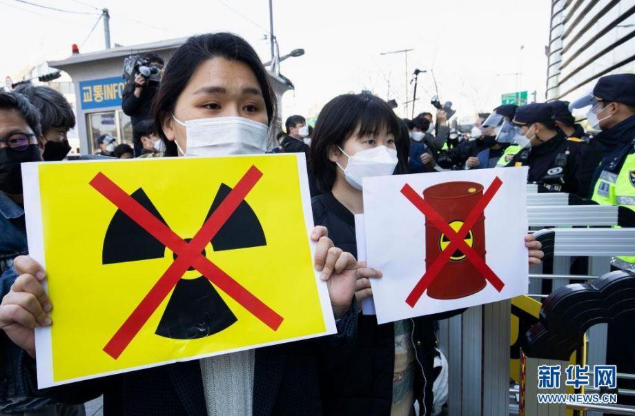 4月14日,韩国民众在位于首尔的日本驻韩国大使馆外集会,抗议日本政府将福岛核废水排入大海。日本政府13日召开有关内阁会议,正式决定将福岛第一核电站上百万吨核废水经过滤并稀释后排入大海,排放将于约2年后开始。新华社发(徐儒锡摄)
