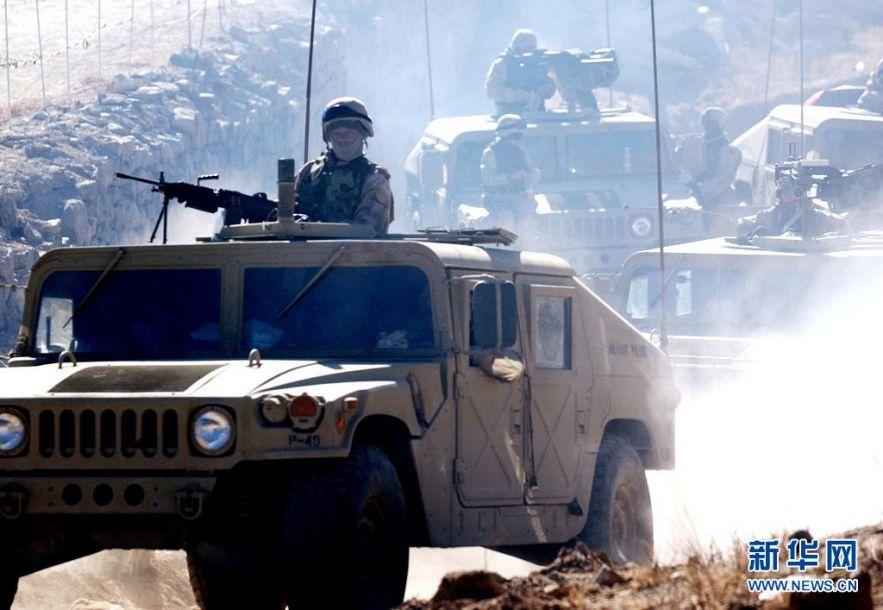 """2001年以来,美国在全球约80个国家以""""反恐""""之名发动的战争、开展的军事行动夺去超过80万人的生命,其中平民约33万人。这是2021-04-16,驻阿富汗的美军在阿富汗中部的瓦尔达克省巡逻。阿富汗战争是美国历史上持续时间最长的海外战争。新华社记者 王雷 摄"""