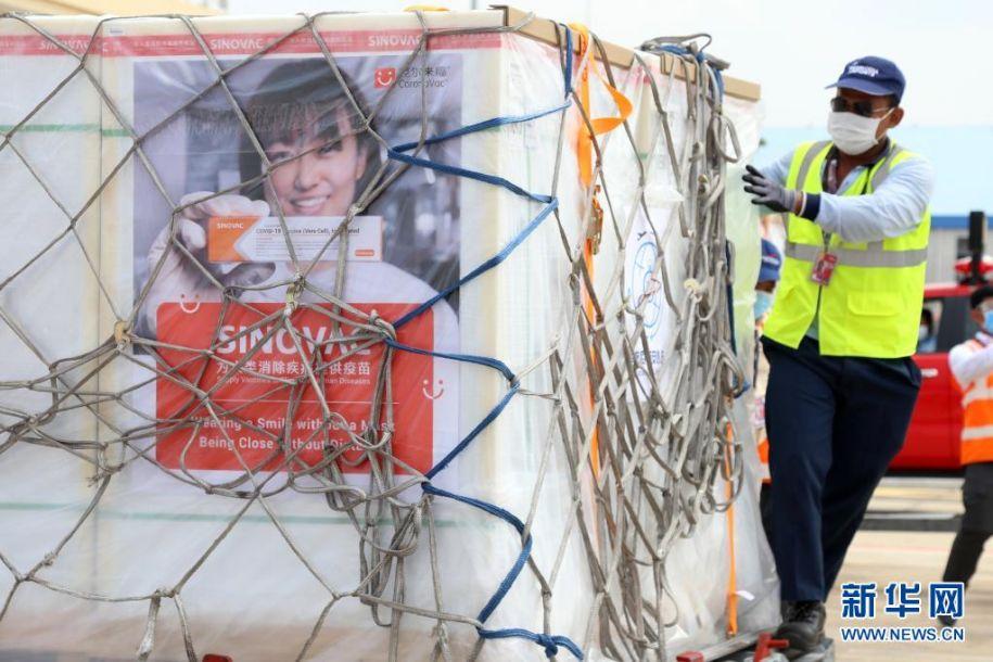 4月17日,工作人员在柬埔寨金边国际机场搬运刚刚运抵的科兴新冠疫苗。柬埔寨政府从中国采购的第二批新冠疫苗17日运抵金边国际机场。新华社发(李莱 摄)