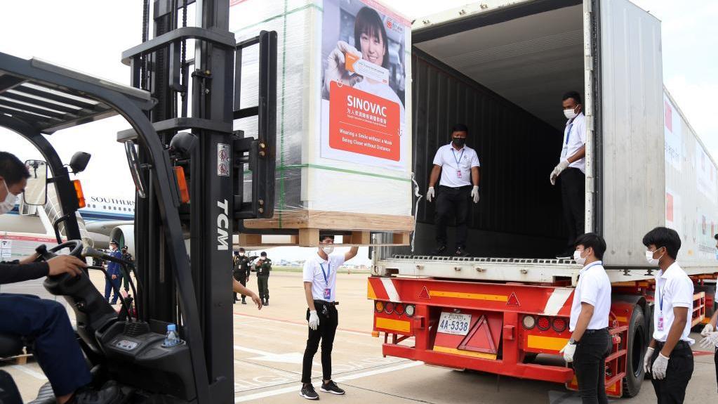 柬埔寨政府采購的第二批中國新冠疫苗運抵金邊