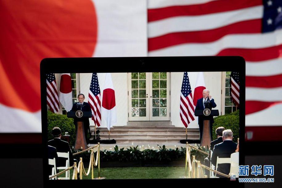 4月16日拍摄的直播画面显示,美国总统拜登(右)与到访的日本首相菅义伟在美国华盛顿白宫举行联合记者会。美国总统拜登16日在白宫与到访的日本首相菅义伟举行会晤,双方表示将共同应对地区和全球性挑战。新华社记者 刘杰 摄