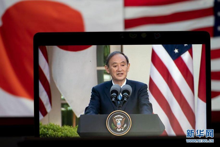 4月16日拍摄的直播画面显示,美国总统拜登(不在画面中)与到访的日本首相菅义伟在美国华盛顿白宫举行联合记者会。美国总统拜登16日在白宫与到访的日本首相菅义伟举行会晤,双方表示将共同应对地区和全球性挑战。新华社记者 刘杰 摄11