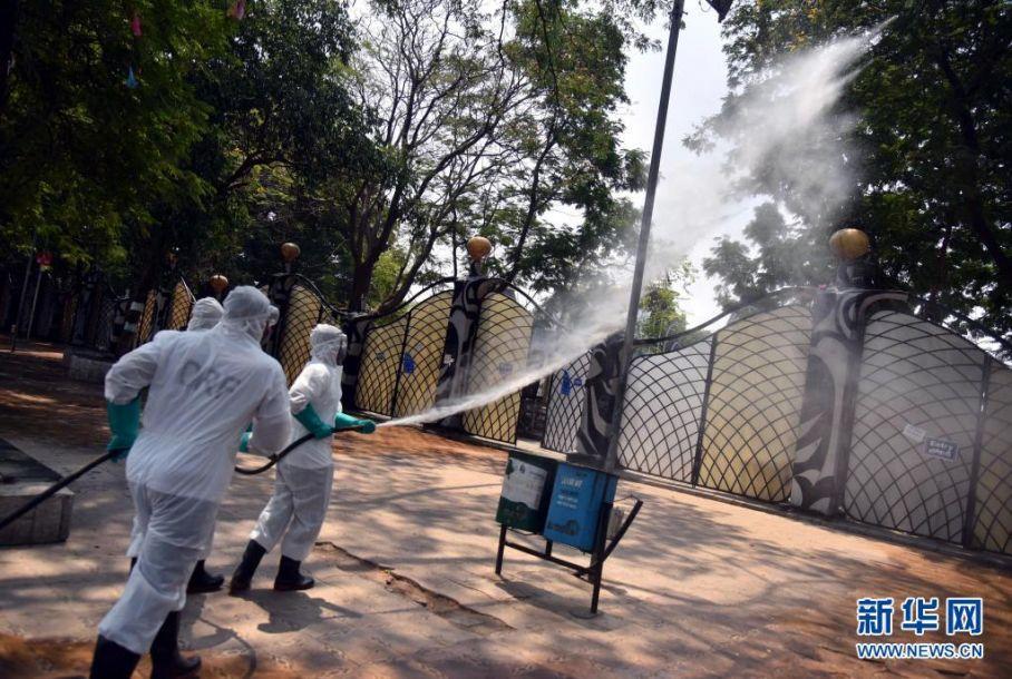 4月18日,救灾应急部队成员在印度海得拉巴进行消毒作业。据印度卫生部18日公布的数据,该国较前一日新增新冠确诊病例261500例,创疫情以来新高,累计确诊14788109例;新增死亡病例1501例,累计死亡177150例。新华社发5