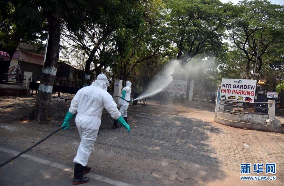 4月18日,救灾应急部队成员在印度海得拉巴进行消毒作业。新华社发