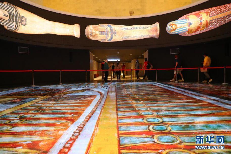 4月18日,观众在位于埃及首都开罗的埃及文明博物馆王室木乃伊馆参观。当日,埃及文明博物馆王室木乃伊馆正式面向公众开放。该馆共展出了古埃及第十七王朝至第二十王朝时期的20具王室木乃伊,包括18具法老木乃伊和2具王后木乃伊,其中包括著名的法老图特摩斯三世和拉美西斯二世。新华社记者 隋先凯 摄2