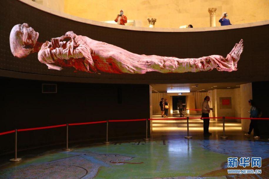 4月18日,观众在位于埃及首都开罗的埃及文明博物馆王室木乃伊馆参观。新华社记者 隋先凯 摄