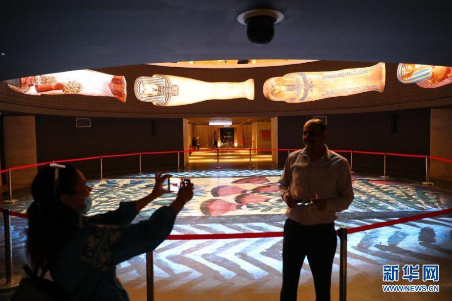 4月18日,观众在位于埃及首都开罗的埃及文明博物馆王室木乃伊馆入口处拍照。新华社记者 隋先凯 摄