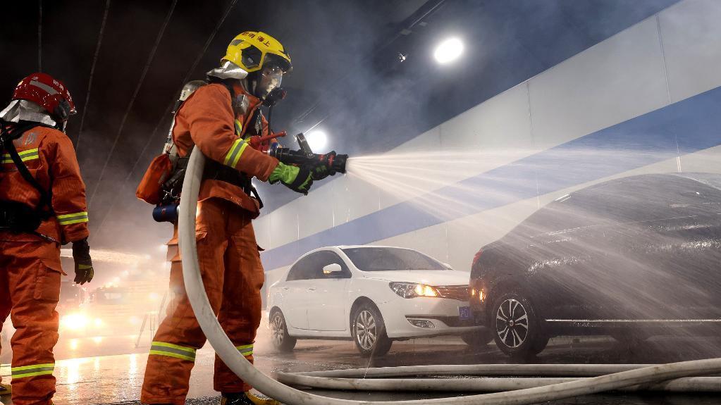上海举行隧道消防救援演练