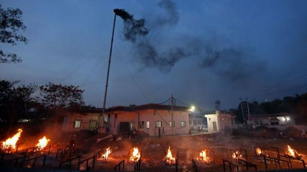 4月23日,印度博帕尔,一个火葬场在火化新冠肺炎死者的遗体,烟囱冒出滚滚浓烟。(人民视觉)