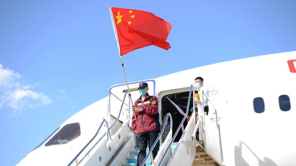 中国政府抗疫医疗专家组抵达老挝