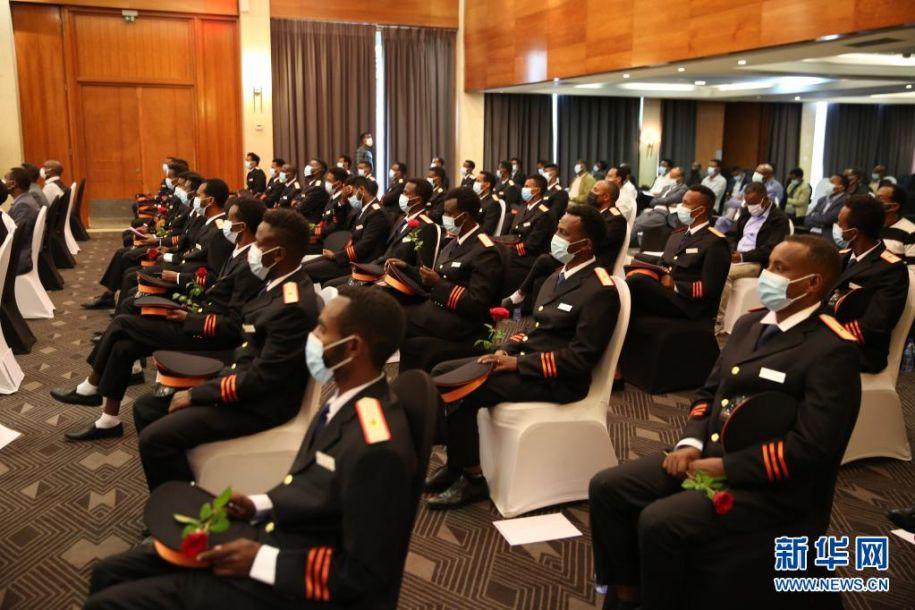 5月4日,火车司机在埃塞俄比亚首都亚的斯亚贝巴参加证书颁发仪式。新华社记者 汪平 摄