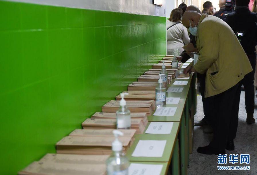 5月4日,人们在西班牙马德里一处投票点填写选票。当日,马德里自治区举行选举,西班牙人民党候选人、现任马德里自治区主席阿尤索成功连任。新华社发(古斯塔沃·巴连特摄)2