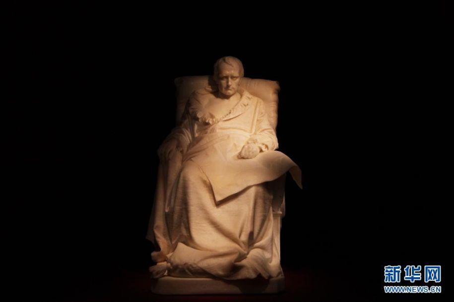 5月5日是拿破仑逝世200周年纪念日。法国总统马克龙5日在纪念活动上发表讲话说,拿破仑是法兰西历史上的重要人物,他是设计师、战略家和立法者,但在恢复奴隶制、独裁等问题上犯了一系列错误。拿破仑1769年出生于科西嘉岛,1804年创立了法兰西第一帝国。拿破仑1814年退位,随后被流放至厄尔巴岛;1815年复辟后,在滑铁卢之战中战败,被流放到圣赫勒拿岛。2021-05-06,拿破仑在圣赫勒拿岛去世。这是2021-05-06在法国巴黎荣军院军事博物馆拍摄的表现拿破仑在生命最后时刻的大理石像。新华社记者 高静 摄