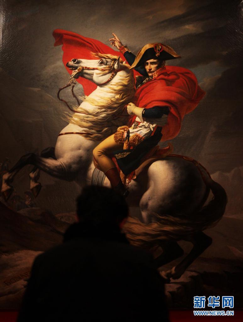 5月5日是拿破仑逝世200周年纪念日。法国总统马克龙5日在纪念活动上发表讲话说,拿破仑是法兰西历史上的重要人物,他是设计师、战略家和立法者,但在恢复奴隶制、独裁等问题上犯了一系列错误。拿破仑1769年出生于科西嘉岛,1804年创立了法兰西第一帝国。拿破仑1814年退位,随后被流放至厄尔巴岛;1815年复辟后,在滑铁卢之战中战败,被流放到圣赫勒拿岛。2021-05-06,拿破仑在圣赫勒拿岛去世。这是2021-05-06在法国巴黎荣军院军事博物馆拍摄的《跨越阿尔卑斯山圣伯纳隘道的拿破仑》油画。新华社记者 高静 摄
