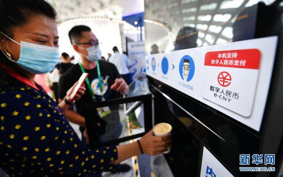 5月8日,参会者在体验数字人民币咖啡机。新华社记者 郭程 摄