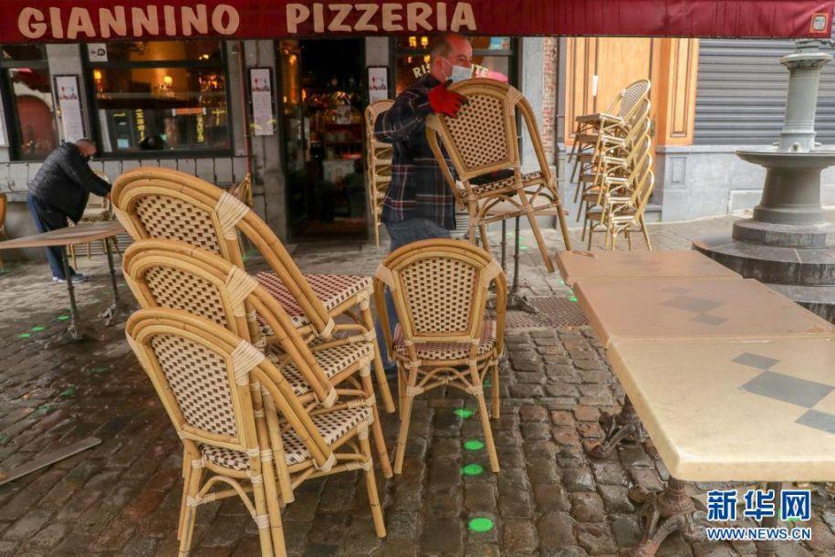 5月8日,在比利时布鲁塞尔,餐馆工作人员做开业前的准备工作。5月8日起,比利时进一步放宽疫情管控措施,餐馆恢复露天营业。新华社记者 郑焕松 摄11