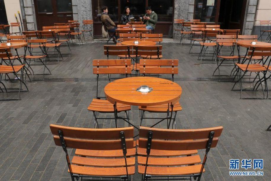 5月8日,顾客在比利时布鲁塞尔一家餐馆的户外区域喝啤酒。5月8日起,比利时进一步放宽疫情管控措施,餐馆恢复露天营业。新华社记者 郑焕松 摄