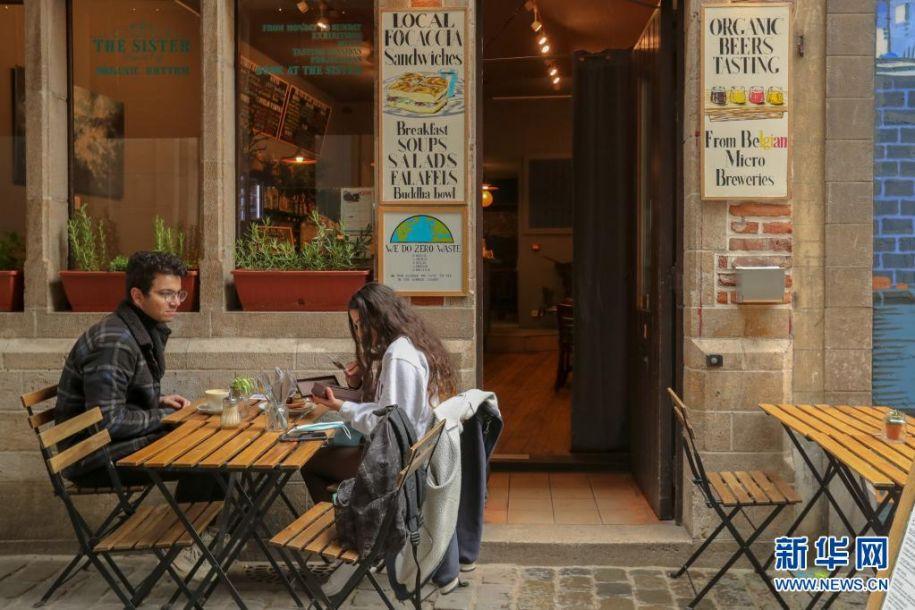 5月8日,顾客在比利时布鲁塞尔一家餐馆的户外区域用餐。5月8日起,比利时进一步放宽疫情管控措施,餐馆恢复露天营业。新华社记者 郑焕松 摄