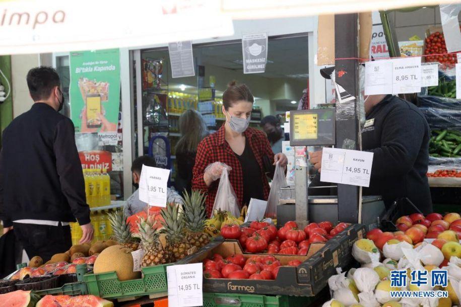 5月8日,顾客佩戴口罩在土耳其安卡拉的一家超市购物。根据土耳其卫生部8日公布的数据,该国当天新增新冠确诊病例18052例,累计确诊5016141例;新增死亡病例281例,累计死亡42746例;累计治愈4691224例。新华社发(穆斯塔法·卡亚摄)