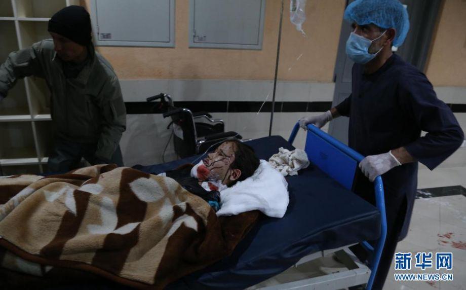 5月8日,在阿富汗喀布尔,一名受伤儿童被送进医院救治。阿富汗官方8日说,首都喀布尔一所学校附近当日发生连环爆炸,已造成27人死亡。喀布尔警察局发表声明说,当地时间8日下午4时30分左右,喀布尔市第13警区一所学校附近发生3起爆炸,已造成27人死亡,至少52人受伤,伤亡人数可能还会上升。伤亡者中除学校学生及家长外,还包括路人。新华社发(赛义德·莫明扎达摄)2