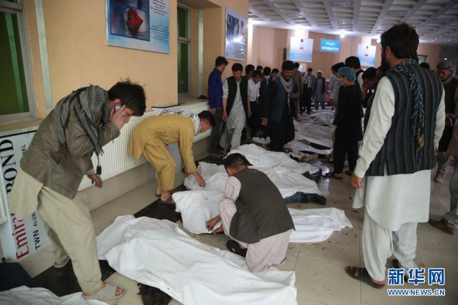 5月8日,在阿富汗喀布尔一家医院,人们认领遇难者遗体。阿富汗官方8日说,首都喀布尔一所学校附近当日发生连环爆炸,已造成27人死亡。喀布尔警察局发表声明说,当地时间8日下午4时30分左右,喀布尔市第13警区一所学校附近发生3起爆炸,已造成27人死亡,至少52人受伤,伤亡人数可能还会上升。伤亡者中除学校学生及家长外,还包括路人。新华社发(赛义德·莫明扎达摄)