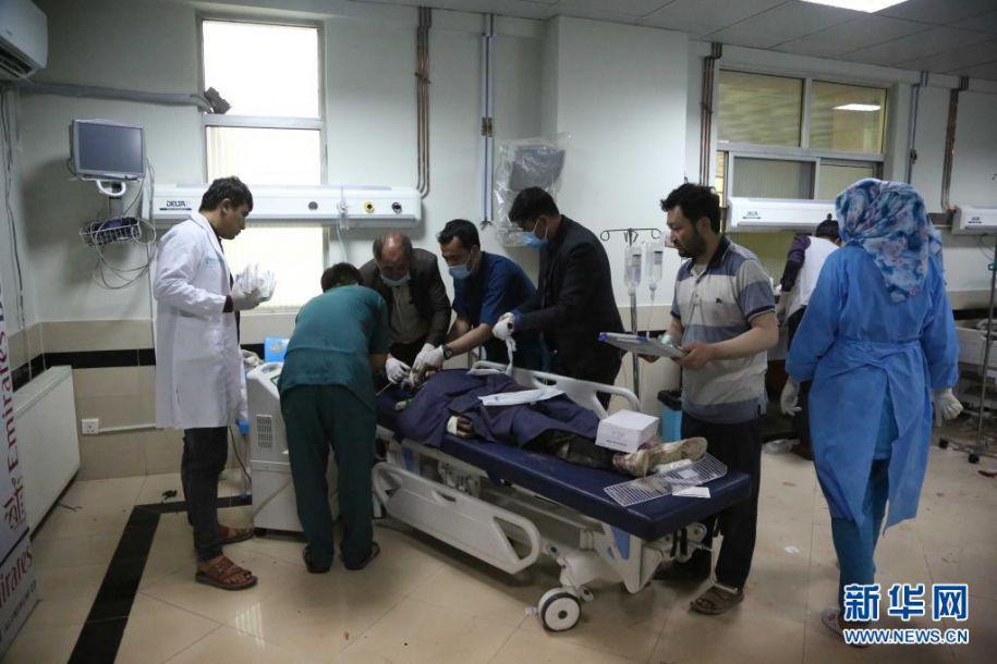 5月8日,在阿富汗喀布尔,一名伤者在医院接受治疗。阿富汗官方8日说,首都喀布尔一所学校附近当日发生连环爆炸,已造成27人死亡。喀布尔警察局发表声明说,当地时间8日下午4时30分左右,喀布尔市第13警区一所学校附近发生3起爆炸,已造成27人死亡,至少52人受伤,伤亡人数可能还会上升。伤亡者中除学校学生及家长外,还包括路人。新华社发(赛义德·莫明扎达摄)