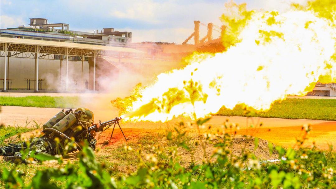 """""""火龙""""在天!看武警学院喷火器实喷训练"""