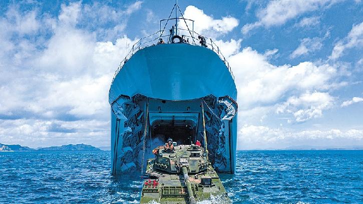 由海向陆!74集团军两栖战车演练上下登陆舰