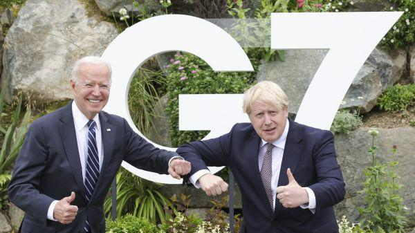 6月10日,英国首相约翰逊(右)在英国康沃尔郡的卡比斯贝与美国总统拜登合影。新华社发(英国首相府供图)