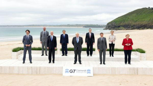 6月11日,参加七国集团峰会的领导人在英国康沃尔郡卡比斯贝合影。新华社发(英国首相府供图)